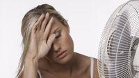 Memasuki masa perimenopause dan menopause, 75 persen wanita akan merasakan perubahan suhu terjadi pada tubuhnya. Perubahan hormonal membuat otak lebih sensitif terhadap perubahan suhu yang dirasakan. (Foto: Thinkstock)