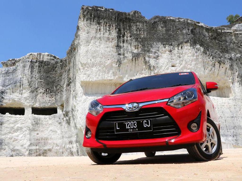 Toyota Agya terjual 1.993 unit di urutan ketujuh. Agya naik signifikan setelah di bulan Mei hanya sanggup berada di urutan 15. Foto: Luthfi Andika