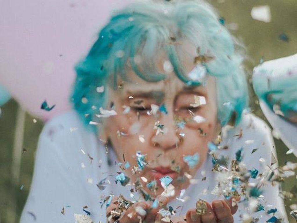 Foto: Rayakan Ulang Tahun ke-98, Nenek Ini Pemotretan Ala ABG Kekinian