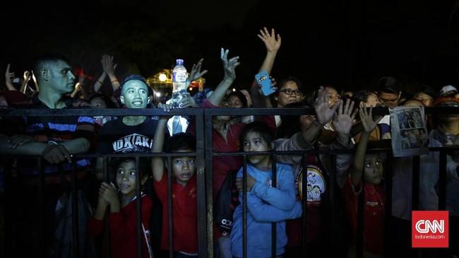 Ratusan warga memenuhi Lapangan Banteng untuk melakukan pelepasan terhadap gubernur 'jomblo' Djarot yang menjabat selama limabulan terakhir. (CNN Indonesia/ Hesti Rika)