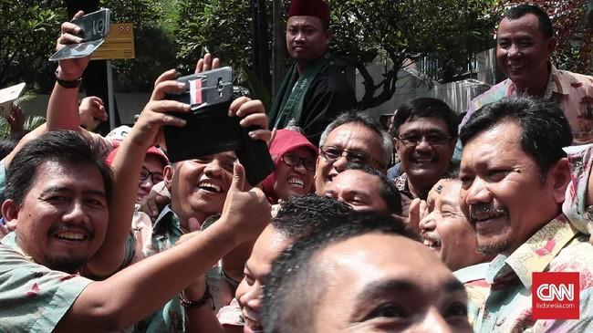 Djarot menyempatkan diri untuk turun dari kereta kencana yang ditumpanginya untuk sekedar menuruti bermintaan berswafoto dengan warga. (CNN Indonesia/Andry Novelino)