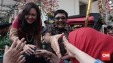 Djarot dan istri disambut salam perpisahan oleh para pegawai di Balaikota, saat pelepasan menaiki kereta kencana. (CNN Indonesia/Andry Novelino)