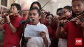 Selain di Lapangan Banteng, acara perpisahan Djarot juga diselenggarakan di Balai Kota. Agenda pembacaan puisi dan iringan musik biola dari komunitas musikal Taman Suropatimenjadi salah satu cara warga melepas sang mantan Gubernur. (CNN Indonesia/Andry Novelino)