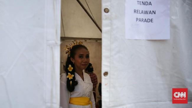 Warga menggunakan atribut pakaian daerah saat acara penyampaian apresiasi kepada Gubernur DKI Jakarta periode 2012-2017 yang diselenggarakan di Lapangan Banteng, Jakarta Pusat. (CNN Indonesia/ Hesti Rika)