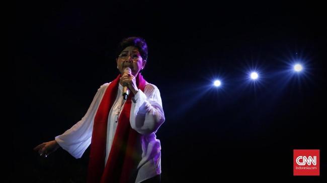 Penyanyi senior Titiek Puspa menjadi salah satu pengisi acara Kaleidoskop dan Terima Kasih Gubernur 2012-2017, di Lapangan Banteng, Jakarta Pusat. (CNN Indonesia/ Hesti Rika)