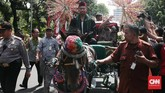 Pawai pelepasan gubernur DKI Djarot Saiful Hidayat menggunakan kereta kencana dari Balai Kota menuju Gedung Joang 45 pada Minggu(15/10). (CNN Indonesia/Andry Novelino)