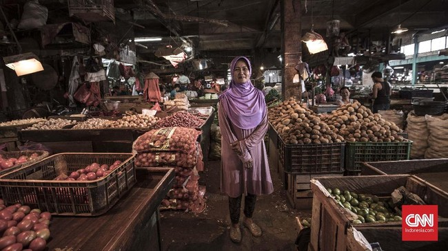 Sri Mulyani (51) Pedagang bahan pokok, berpesan pada Gubernur dan Wakil Gubernur terpilih agar dapat menjaga stabilitas harga bahan pokok, terutama jelang pergantian tahun dan hari raya lebaran yang kerap melambung, dan mengakibatkan turunnya daya beli masyarakat. (CNN Indonesia/Adhi Wicaksono)
