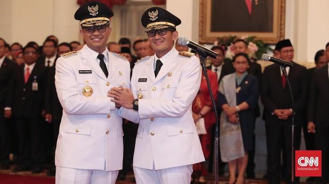 Setelah dilantik, Anies-Sandi mendapat ucapan selamat dari Jokowi, JK, dan tamu undangan yang hadir. Anies-Sandi kemudian langsung ke Balai Kota DKI Jakarta untuk serah terima jabatan dari pelaksana harian Gubernur DKI Jakarta Saefullah. (CNN Indonesia/Safir Makki)