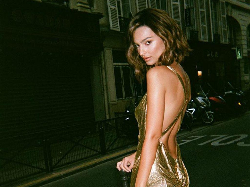 Seksinya Emily Ratajkowski Pose Topless di Cover Vanity Fair