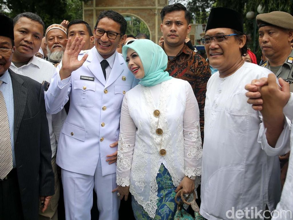 Foto: Gaya Hijab Berkebaya Istri Anies-Sandi Saat Pelantikan di Istana Negara