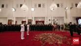 Pelantikan kemudian dibacakan dengan pembacaan Keputusan Presiden soal pengangkatan Anies-Sandi sebagai Gubernur dan Wakil Gubernur DKI Jakarta. (CNN Indonesia/Safir Makki)