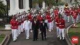 Sebelum mengucapkan sumpah jabatan, Anies-Sandi mengikuti prosesi kirab bersama Presiden Jokowi dan Wakil Presiden Jusuf Kalla. (CNN Indonesia/Safir Makki)