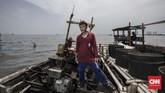 Suwarno (39) Nelayan Kerang Hijau mengingatkan bagi Pasangan Anies - Sandi pada janji penghentian reklamasi di Teluk Jakarta. Suwarno inginpembangunan pulau-pulau baru yang belum dimulai agar dibatalkan.Sementara pulau yang telah berdiri agar bermanfaat bagipara nelayan. (CNN Indonesia/Adhi Wicaksono)