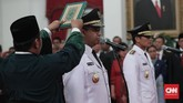 Sempat ada ketidakompakan antara Anies dan Sandi saat mengikuti sumpah yang dibacakan Jokowi. Namun secara umum acara pelantikan berjalan lancar. (CNN Indonesia/Safir Makki)