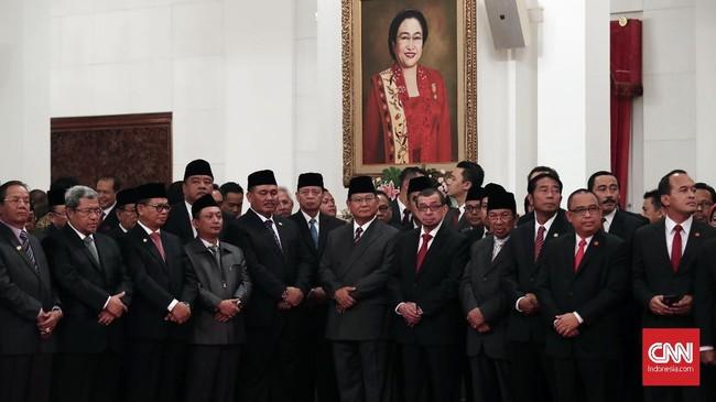 Sejumlah tokoh dan pejabat tinggi negara hadir dalam pelantikan ini. Tampak Ketua Umum Partai Gerindra Prabowo Subianto, Ketua Dewan Syuro PKS Salim Segaf Aljufri, dan beberapa tokoh lain yang hadir. (CNNIndonesia/Safir Makki)