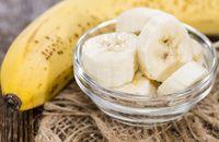 Pisang juga masuk ke dalam daftar makanan untuk penambahan berat badan. Selain itu, pisang kaya akan kalium, karbohidrat, dan nutrisi penting lainnya yang memberi Anda energi dan membuat Anda tetap sehat. Satu pisang berukuran sedang memiliki sekitar 120 kalori. Sebagai tambahan, Anda bisa mengonsumsinya dengan dimasukkan ke dalam milkshake dan smoothies. Foto: Thinkstock
