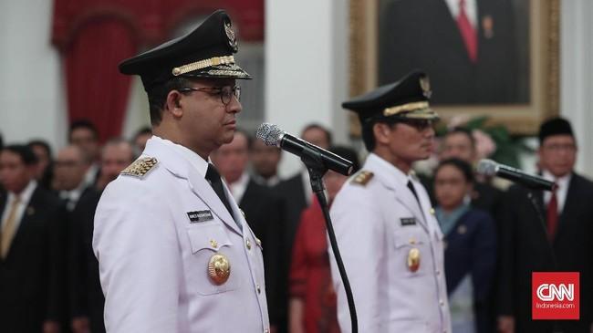 Acara pelantikan diawali menyanyian lagu Indonesia Raya. Acara berlangsung khidmat dengan dihadiri sejumlah pejabat tinggi. (CNN Indonesia/Safir Makki)