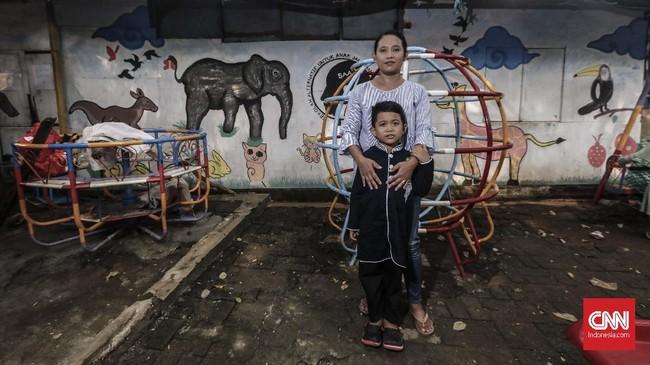 Mamay (40) Ibu rumah tangga bersama putranya Abi Fauzan (5) menitipkan harapan pada pemimpin DKI Jakarta yang baru, agar proses penerimaan Kartu Jakarta Pintar (KJP) lebih selektif sehingga tepat sasaran pada warga Jakarta yang kurang mampu. (CNN Indonesia/Adhi Wicaksono)