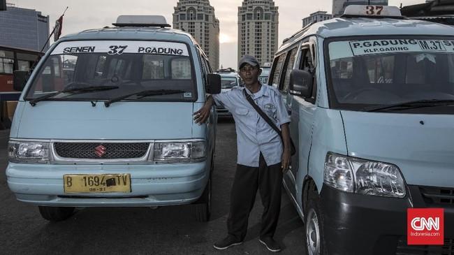 Mat Sahri (87) Sopir Angkot, menginginkan adanya peraturan jelas pada angkutan online sehingga ia bisa mencari nafkah selancar dulu. (CNN Indonesia/Adhi Wicaksono)