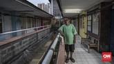 Buce (60) warga Rusunawi, menginginkan Pemerintahan Jakarta yang baru dapat memperhatikan biaya perawatan dan fasilitas pendukung bagi warga rusun yang kini menjadi lokasi relokasi warga penggusuran. (CNN Indonesia/Adhi Wicaksono)