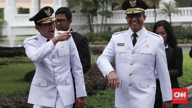 Anies Baswedan dan Sandiaga Uno resmi menjadiGubernur dan Wakil Gubernur DKI Jakarta. Keduanya dilantik oleh Presiden Joko Widodo di IstanaNegara, 16 Oktober 2017. (CNN Indonesia/Safir Makki)
