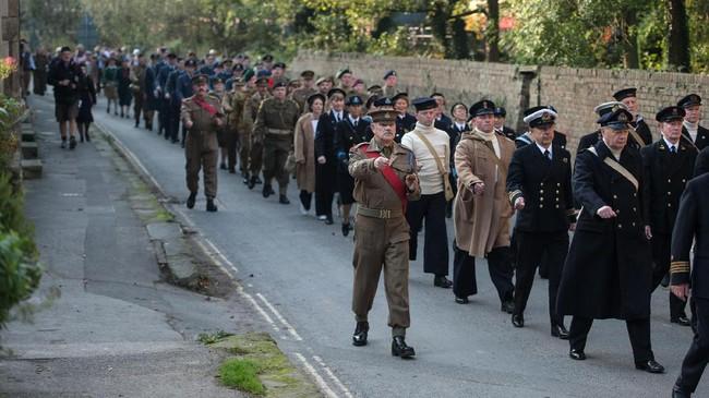 <p>Bagi warga sekitar The North Yorkshire Moors Railways, Pickering, Inggris utara, pertengahan Oktober menjadi momen khusus bagi mereka mengenang masa-masa Perang Dunia II. (AFP PHOTO / Oli SCARFF)</p>