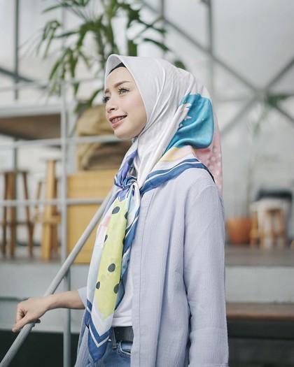 Foto: 8 Gaya Hijab Selebgram Pakai Kerudung Voal Bermotif yang Hits