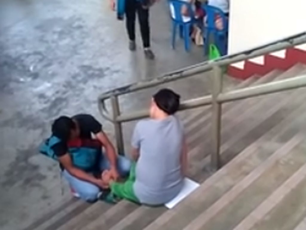 Video Suami Pijat Kaki Istri Hamil yang Kelelahan Ini Bikin Kagum Netizen