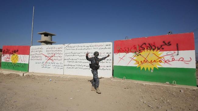 <p>Washington sendiri mempersenjatai dan melatih pasukan federal Irak mau pun Peshmerga untuk memerangi militan ISIS. (AFP Photo/Ahmad Al-Rubaye)</p>