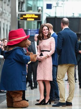 Foto: Cantiknya Kate Middleton Bergaun Pink Saat Dansa dengan Paddington Bear