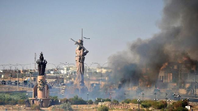 <p>Sementara pasukan Irak bergerak, operator Kurdi menutup sejenak dua titik yang bisa memproduksi sekitar 350 ribu barel minyak per hari. (Reuters/Stringer)</p>
