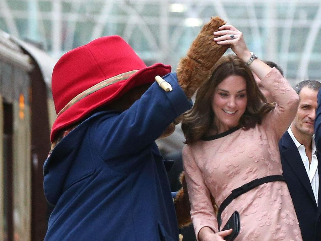 Momen Langka, Kate Middleton Dansa dengan Beruang di Stasiun Kereta