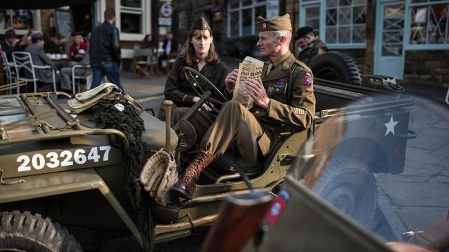 <p>Momen mengenang perang terbesar dalam sejarah umat manusia itu diadakan setiap tahunnya. Tahun ini adalah perayaan ke-25 acara bertajuk Railway in Wartime Event itu. (AFP PHOTO / Oli SCARFF)</p>