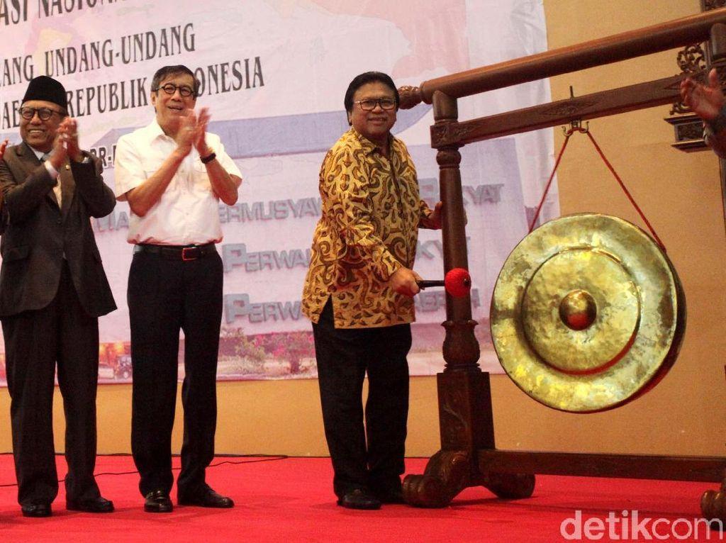 OSO memukul gong tanda dibukanya Rembuk Nasional.