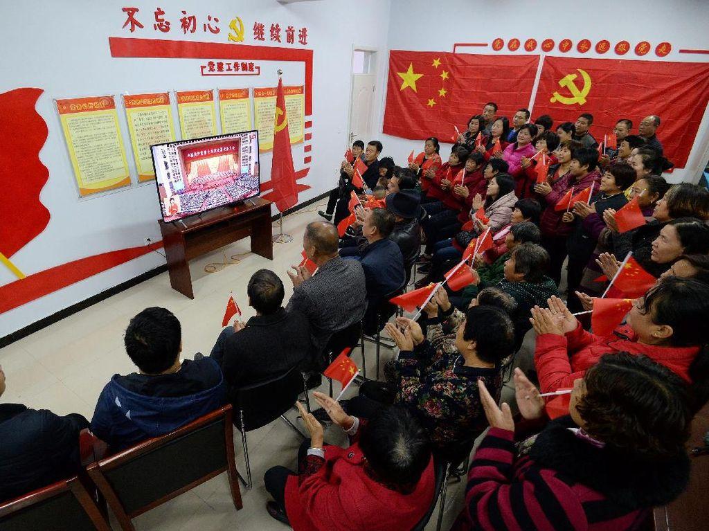 Selama Xi berpidato, media sosial China dibanjiri foto-foto acara nonton bareng dari berbagai wilayah. Foto: REUTERS/Stringer