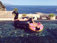Nah, layaknya remaja seusianya, Camille juga suka berlibur bersama teman-temannya. (Foto: Instagram @camillerosegottlieb)