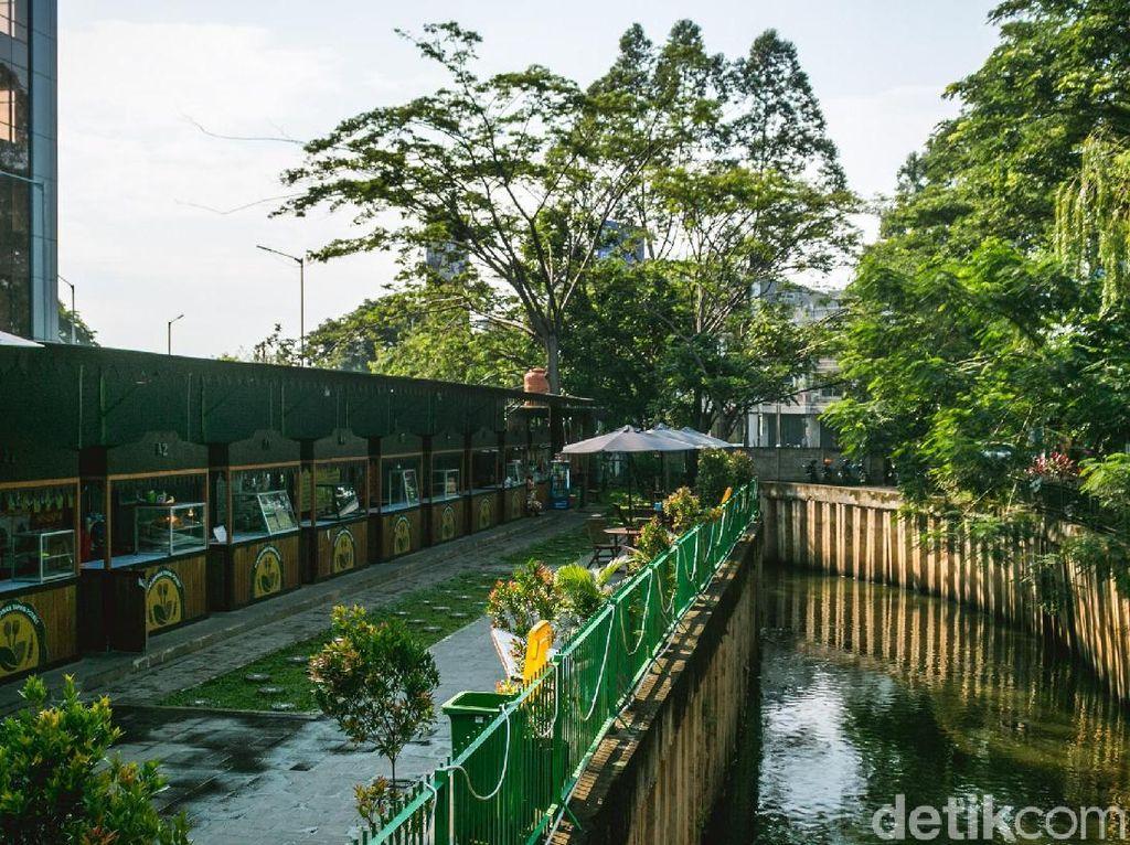 Sungai Cisadane membelah kawasan taman potret dengan area jajanan ini yang buka mulai dari jam 9 pagi hingga 9 malam.