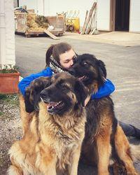 Selain berolahraga, ia sangat menyayangi anjing. Terlihat dari banyaknya foto dirinya di Instagram yang tengah berada di tengah anjing-anjing lucu. (Foto: Instagram @camillerosegottlieb)