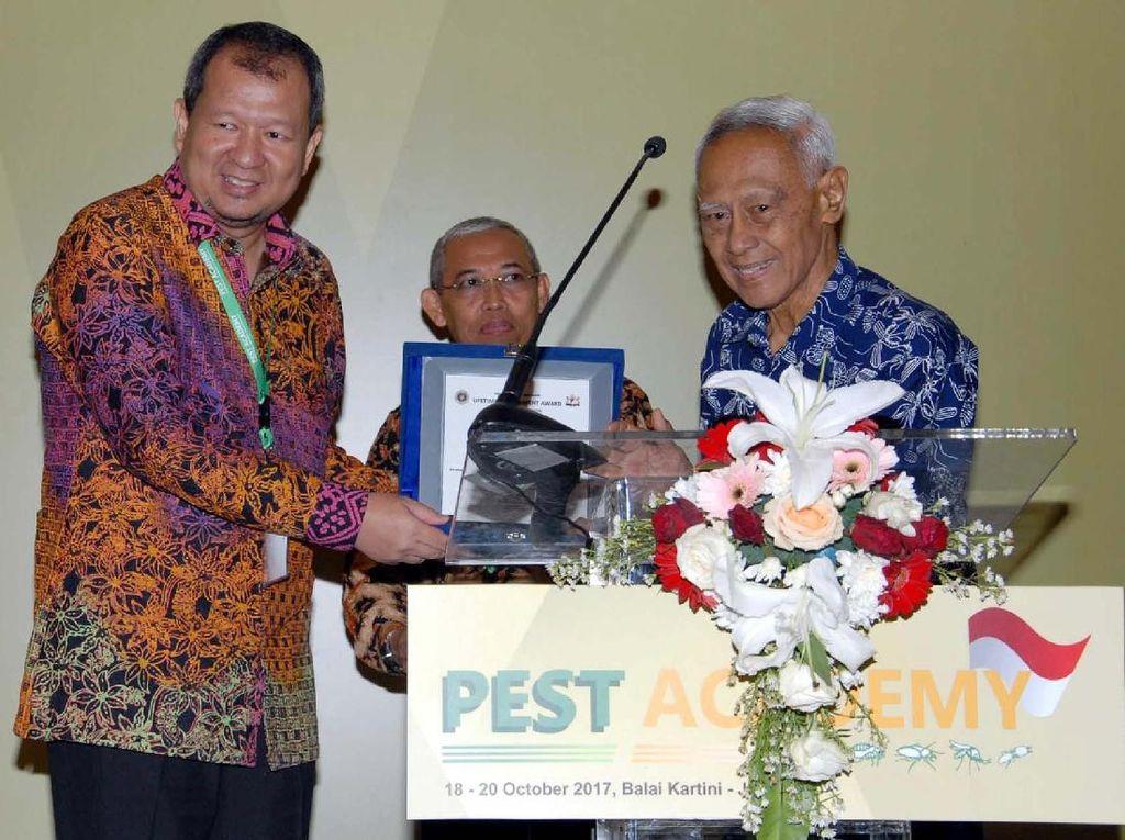 Pameran yang digelar oleh Asosiasi Perusahaan Pengendalian Hama Indonesia (ASPPHAMI) itu juga memberikan beberapa penghargaan kepada pemilik inovasi teknologi mutakhir dalam mengendalikan hama. Salah satunyapenghargaan Long Time Achievement Award kepada Prof Singgih H Sigit di sela acara Pest Academy 2017 dengan tema Progressive Urban Pest Management Industry Through Innovative Technology di Balai Kartini, Jakarta, Rabu (18/10). Foto: dok. KADIN