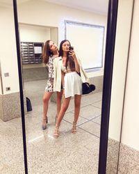 Atau sekedar berjalan-jalan ke mall bersama teman wanita. (Foto: Instagram @camillerosegottlieb)