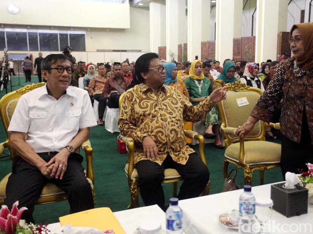 Ketua DPD Oesman Sapta berbincang dengan Wakil Ketua DPD Darmayanti Lubis dan Menteri Hukum dan Hak Asasi Manusia (Menkumham) Yasonna Laoly.