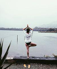 Di sana, ia juga melakukan yoga sembari menghirup udara segar. (Foto: Instagram @camillerosegottlieb)