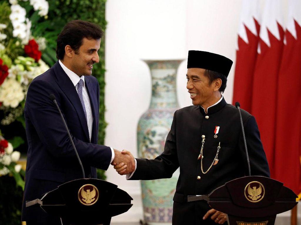 Jokowi dan Syekh Tamim menyaksikan para pejabatnya menandatangani tiap MoU. Ada 5 MoU yang diteken (Foto: REUTERS/Beawiharta)