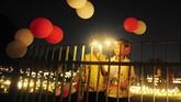 Saat Diwali tiba, masyarakat biasanya berdandan dengan pakaian baru, menaruh henna di tangan, menyalakan lilin, dan ikut dalam doa keluarga yang dilanjutkan dengan pesta besar makanan lezat dan permen India. (AFP PHOTO / SANJAY KANOJIA)