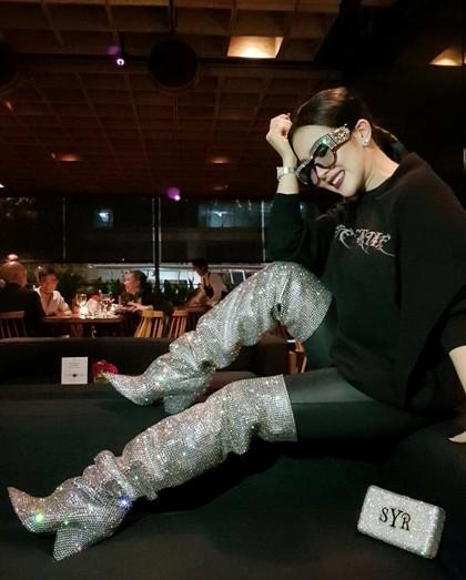 Cetar! Lihat Gaya Terbaru Syahrini Pakai Sepatu Seharga Mobil