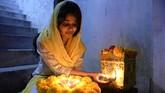Setiap tahun masyarakat India merayakan tahun baru sendiri berdasarkan perhitungan kalender Hindu. Perayaan itu dinamakan gelaran Festival Diwali atau kerap juga disebut Festival Cahaya. (AFP PHOTO / NOAH SEELAM)