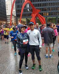 Dian Sastrowardoyo dan suaminya Indra sangat menggemari olahraga lari. Bahkan mereka sampai mengikuti marathon di Chicago. Indra pun berhasil mendapatkan medali karena sukses menyelesaikan marathon sepanjang 26 miles atau setara 42 kilometer tersebut. (Foto: Instagram @therealdisastr)