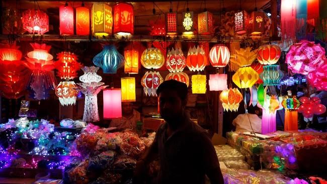 Festival Diwali biasanya terjadi pada malam pergantian bulan baru, yang mana menjadi malam paling gelap. Selama masa ini, diyas (lampu minyak), lilin dan lentera menyala di sekelilingnya. (REUTERS/Adnan Abidi)