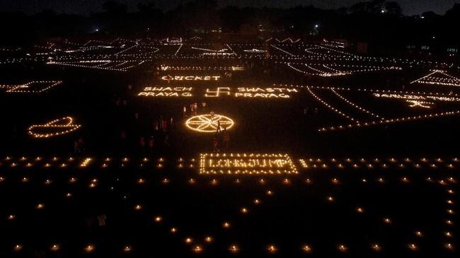 Festival Cahaya ini dirayakan selama lima hari berturut-turut dalam kalender Hindu bulan