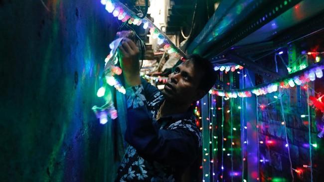 Festival ini melambangkan kemenangan baik atas buruk, cahaya atas kegelapan, pengetahuan atas ketidaktahuan, dan lampu dinyalakan sebagai tanda perayaan serta harapan umat manusia. (REUTERS/Danish Siddiqui)